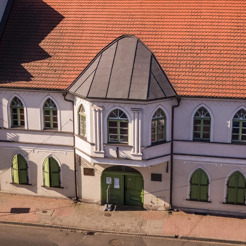 Widok z drona na budynek Muzeum dr. Roberta Kocha od strony ulicy Doktora Kocha