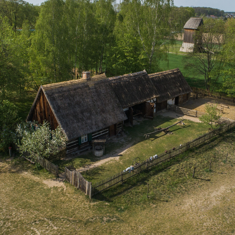 Widok z drona na zagrodę z Reklinka na Skansenie Budownictwa Ludowego Zachodniej Wielkopolski