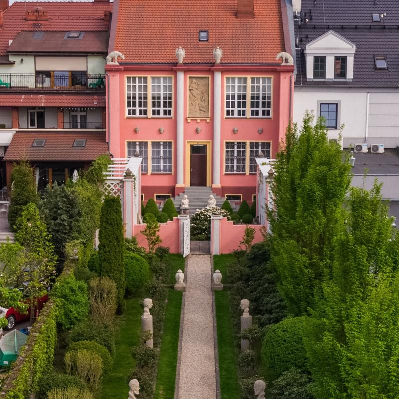 Budynek Muzeum Marcina rożka. Widok od strony ogrodu.